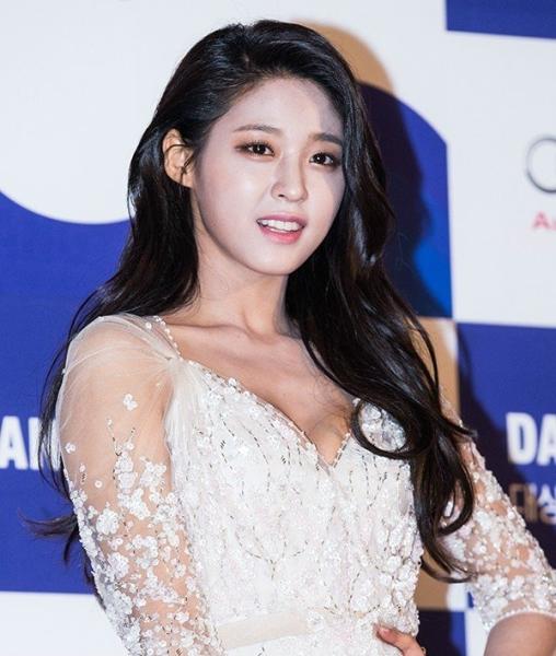 seol-hyun-thang-than-noi-ve-loi-makeup-mat-trang-nguoi-den-1