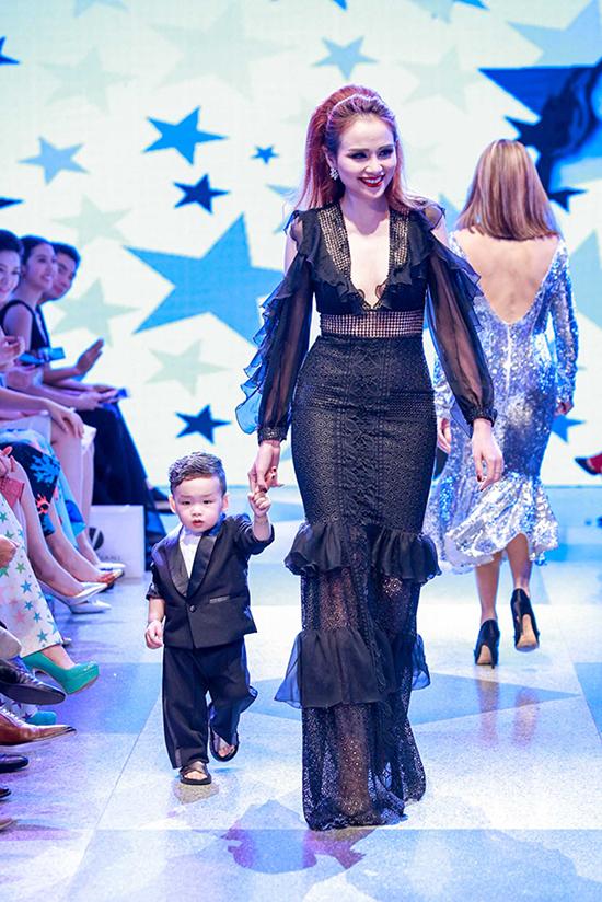 Đánh dấu cột mốc 9 năm điểm tên trong làng thiết kế Việt, vào tối 29/5, nhà thiết kế Adrian Anh Tuấn đã tổ chức show diễn thời trang đặc biệt được đầu tư kỹ lưỡng với qui mô hoành tráng tại Dinh Thống Nhất (TP HCM).