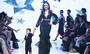 Hoa hậu Diễm Hương lần đầu đưa quý tử lên sàn catwalk