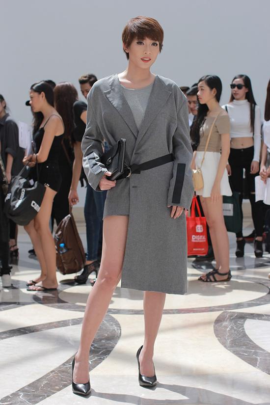 Thành viên Kim Nhã của  nhóm hài BB&BG diện trang phục của Kelbin Lei và sải từng bước catwalk chuyên nghiệp trước  sự chứng kiến của hàng ngàn thí sinh.