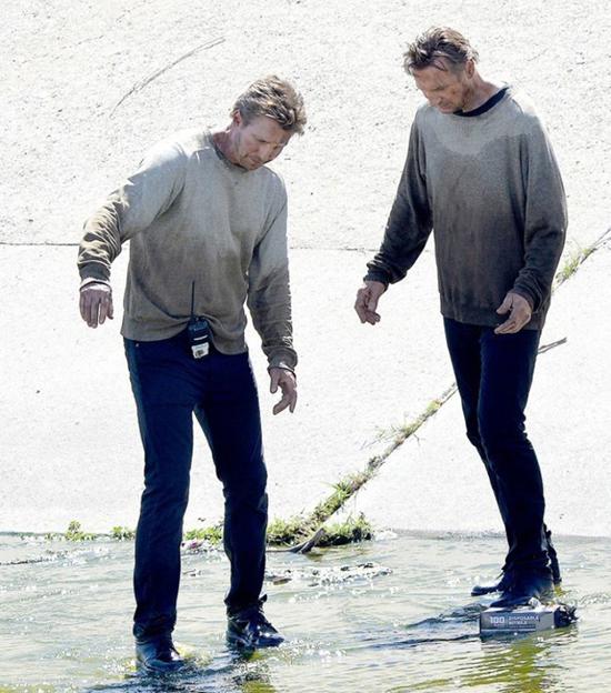 Không phải ai nhìn bức ảnh này cũng phân biệt đượcLiam Neeson and his stunt double Mark Vanselow