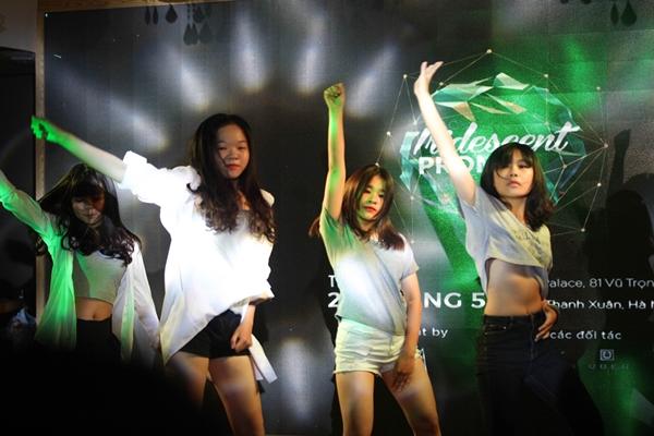 Các cô nàng sexy trong điệu nhảy sôi động.