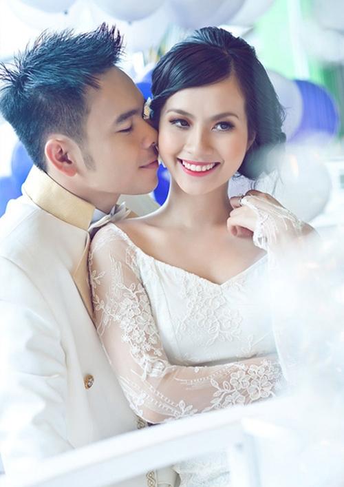 Sau một năm học tập ở nước ngoài, Huyền Trang tuyên bố kết hôn với nam ca sĩ Triệu Hoàng rồi sang Mỹ định cư.