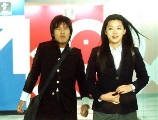 sao-nu-toa-sang-trong-phim-voi-dong-phuc-hoc-duong