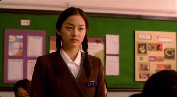 sao-nu-toa-sang-trong-phim-voi-dong-phuc-hoc-duong-5