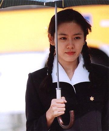 sao-nu-toa-sang-trong-phim-voi-dong-phuc-hoc-duong-2