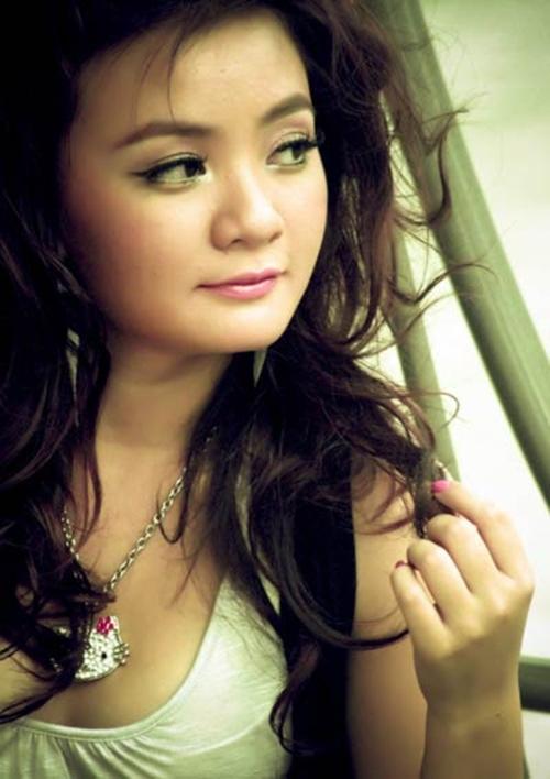 Sau khi trở thành một thiếu nữ, Xuân Mai quay về Việt khiến nhiều người bất ngờ bởi sự thay đổi về vóc dáng, nhan sắc cũng như giọng hát. Giọng ca Con cò be bé ngày nào bị chê nhan sắc khá dừ so với tuổi.