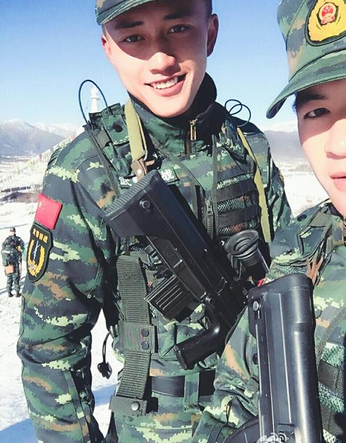 Chàng cảnh sát vũ trang Trung Quốc có khuôn mặt bảnh trai, nụ cười tỏa nắng   khiến nhiều khán giả nữ xao xuyến sau khi xuất hiện trên show truyền hình Day   Day Up của đài Hồ Nam.