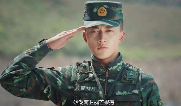 Anh cảnh sát tên Dương Minh Hâm (Yang Ming Xin), sinh năm 1993, là chiến sĩ   cảnh sát vũ trang thuộc chi đội Châu tự trị dân tộc Tạng Dêqên, tỉnh Vân Nam.