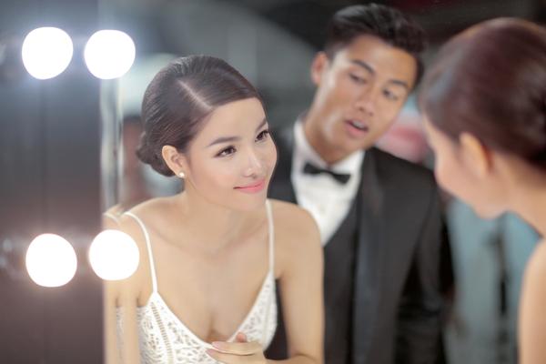[Caption]Trang phục mà Kỳ Hân diện trong bộ ảnh là những mẫu váy cưới mới nhất của Chung Thanh Phong.  Là một người mẫu và yêu thời trang, chính vì thế váy cưới lưới sexy cũng được Kỳ Hân vô cùng yêu thích. Lối trang điểm trong suốt, nhấn mắt nhẹ nhàng cùng môi hồng cam gợi cảm cũng được chăm chút cho cô dâu. Kỳ Hân và Mạc Hồng Quân chưa chính thức lên tiếng về đám cưới nhưng những khâu chuẩn bị như chụp ảnh cưới, gửi thiệp mời và ấn định ngày làm lễ đều được hoàn tất.