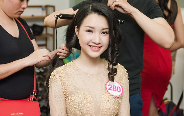 Sau vòng sơ khảo, 30 cô gái xinh đẹp và tài năng nhất được ban giám khảo  tuyển chọn để bước vào vòng Chung khảo phía Nam Hoa hậu Việt Nam 2016. Hai  ngày 6 và 7/6 vừa qua, các thí sinh tiến hành ghi hình chân dung và toàn thân cùng  trang phục áo dài, dạ hội và bikini.