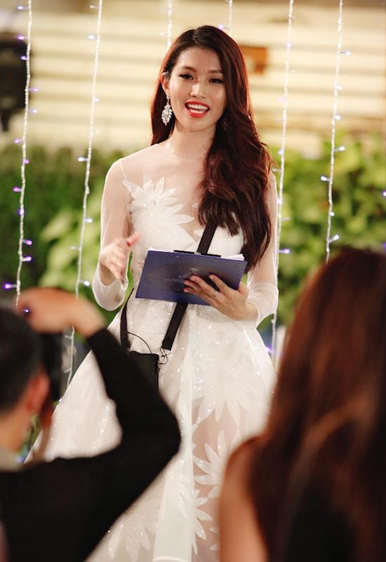 Bên cạnh đó, trong thời gian cuộc thi, Quỳnh Châu cũng thể hiện khả năng tiếng Anh trôi chảy khi đảm nhận vai trò MC song ngữ tại buổi tiệc Beauty Party hay trả lời giám khảo Henri Hurbet trên sân khấu liveshow 8.