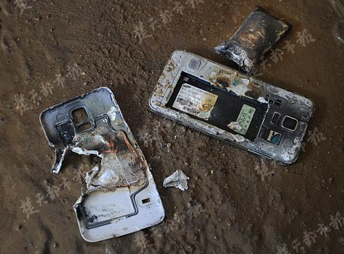 Chiếc điện thoại sau khi phát nổ, pin biến dạng căng phồng và nắp vỡ tung.