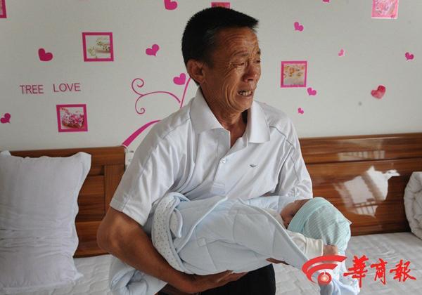 Bố của Jie Jie cho hay ông không biết gì về chuyện con mình yêu đương, mang thai, sinh con. Mẹ của Jie Jie từng phản đối con yêu Xiao Feng, Jie Jie cũng đáp ứng không qua lại với bạn trai nữa, vì thế bà rất sốc khi biết tin con mình vừa hạ sinh một bé trai.