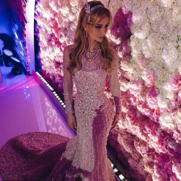 Cô dâu diện 3 bộ váy cưới khác nhau, trong đó có một bộ váy Elie Saab trị giá 35.000 USD với trang sức trị giá 200.000 USD. Chiếc vòng Tiffany Savoy trên đầu cô dâu làm từ kim cương và ngọc trai, giống nữ diễn viên Carey Mulligan trong phim The Great Gatsby.