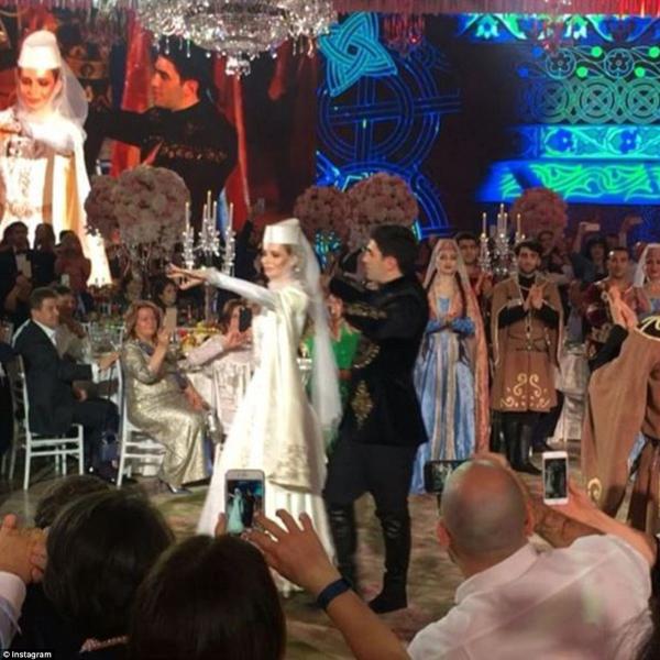 Cô dâu và chú rể nhảy múa theo điệu nhạc truyền thống Armenia. Chú rể Sargis Karapetyan đang giữ chức phó chủ tịch trong công ty của cha.