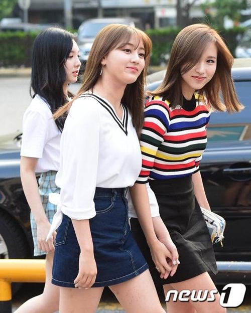 kpop-style-10-6-tzuyu-lo-quan-bao-ve-vi-mac-shorts-sieu-ngan-1