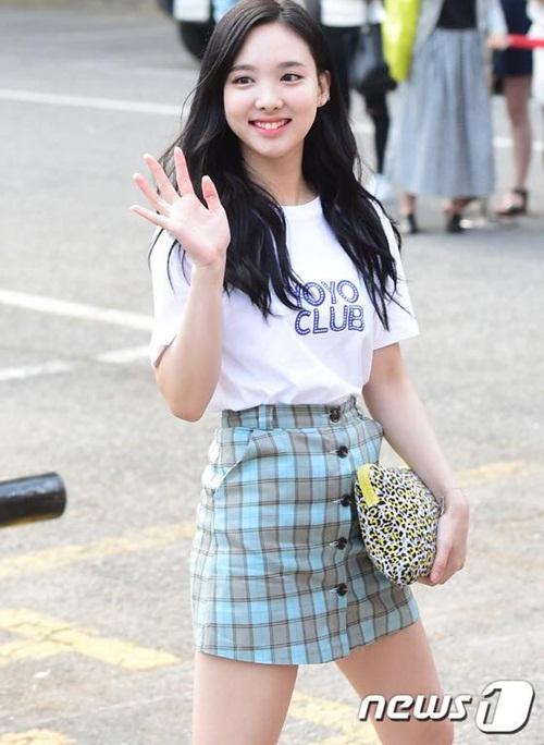 kpop-style-10-6-tzuyu-lo-quan-bao-ve-vi-mac-shorts-sieu-ngan-2
