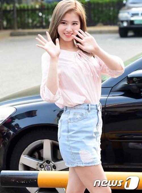 kpop-style-10-6-tzuyu-lo-quan-bao-ve-vi-mac-shorts-sieu-ngan-3
