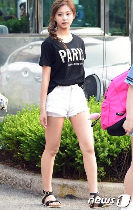 kpop-style-10-6-tzuyu-lo-quan-bao-ve-vi-mac-shorts-sieu-ngan
