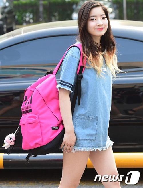 kpop-style-10-6-tzuyu-lo-quan-bao-ve-vi-mac-shorts-sieu-ngan-4