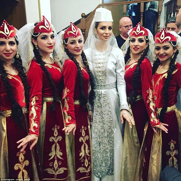 Cô dâu trong trang phục cưới truyền thống của người Georgia.