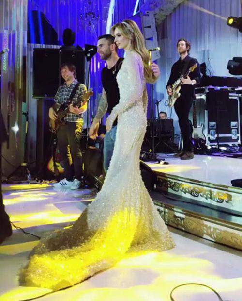 Nhóm Maroon 5 trình diễn tại đám cưới với cát-xê khoảng 500-800.000 USD. Trong hình, Adam Levine đưa cô dâu lên sân khấu và nói lời chúc mừng.