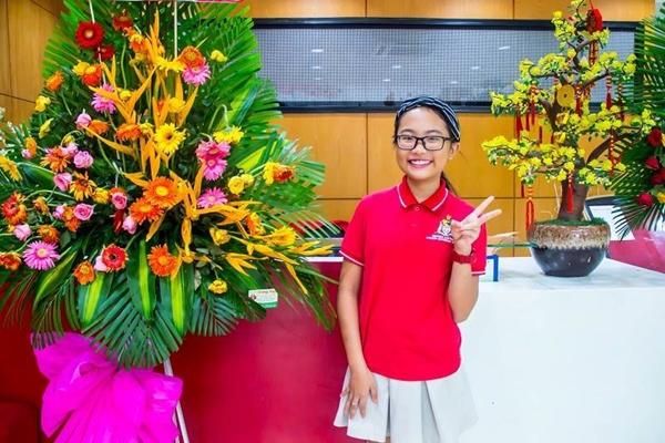 Phương Mỹ Chi đang theo học tại một ngôi trường quốc tế có học phí không hề nhỏ. Ngôi trường có cơ sở vật chất khang trang là niềm mơ ước của nhiều bạn nhỏ. Hơn nữa, ngôi trường này còn ưu ái cho cô bé trong việc nghỉ học để chạy show.