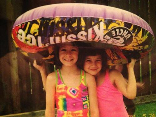 Christina Grimmie (bên trái) khi còn học lớp 1