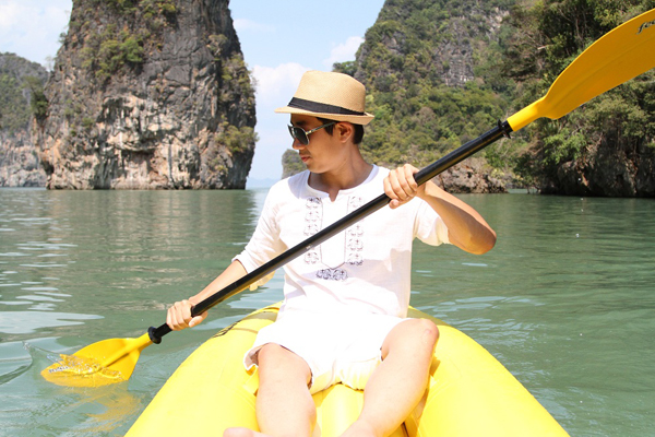 """. Hòn đảo nổi tiếng nhất ở vịnh này là đảo Ko Ping Kan (hay thường được gọi là đảo James Bond trong bộ phim """"The Man with the Golden Gun""""). Cách phổ biến để ghé thăm vịnh Phang Nga là đi bằng thuyền kayak, vì đây là cách thú vị để bạn khám phá các hang động nơi đây."""