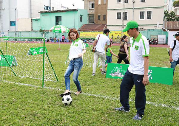 Công Vinh đồng hành cùng chương trình để dạy các bé trong trại hè đá bóng.
