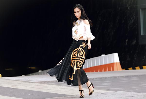 Ái Phương, Hoàng Oanh đều phải lòng những chiếc váy xếp pleat nữ tính, với thiết kế cut out táo bạo qua những đường xẻ khoe bờ vai trần, vòng eo con kiến.