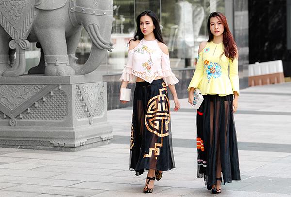 Điểm nhấn quen thuộc trong trang phục của nhà thiết kế (NTK) Hoàng Quyên là những bức tranh khắc hoạ rõ nét văn hoá dân gian, câu chuyện cổ tích huyền ảo được vẽ tay hết sức công phu, tỉ mỉ.