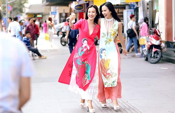 Hoàng Quyên chú trọng sử dụng chất liệu thân thiện với cơ thể có nguồn gốc thiên nhiên như: tơ tằm, tơ sống, tafta, gấm nhẹ.. vừa giúp người mặc tôn lên nét nữ tính, vừa hài hoà với làn da của người phụ nữ Á Đông.