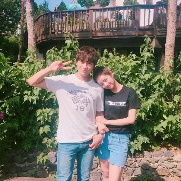 sao-han-16-6-8-idol-nu-do-sac-trong-anh-selfie-hyeri-than-mat-tua-vai-ji-sung-2