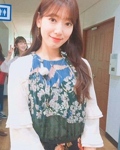 sao-han-16-6-8-idol-nu-do-sac-trong-anh-selfie-hyeri-than-mat-tua-vai-ji-sung-6
