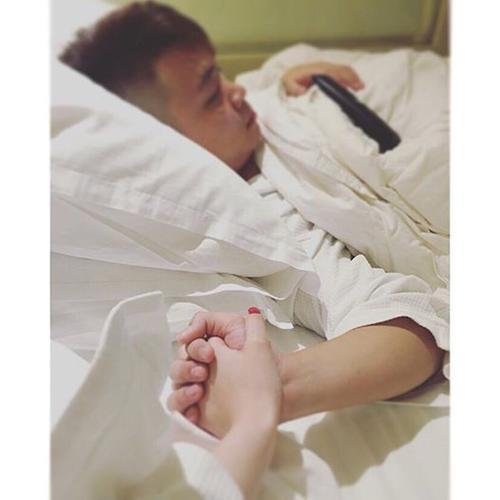 """Em gái Angela Phương Trinh - Phương Trang áp mở bức ảnh nắm tay bạn trai. Cô viết: """"Bởi vì , một khi biết yêu thương người phụ nữ của mình , người đàn ông sẽ nỗ lực rất nhiều ."""