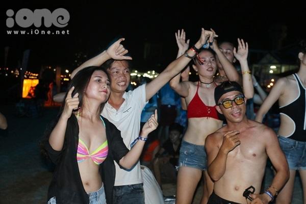 thieu-nu-viet-dien-bikini-boc-lua-quy-tung-tren-bai-bien-dem-19