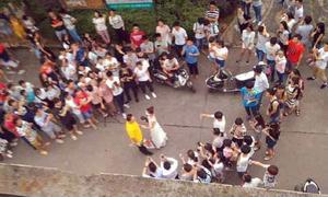 Cô giáo mặc váy cưới cầu hôn sinh viên gây ồn ào