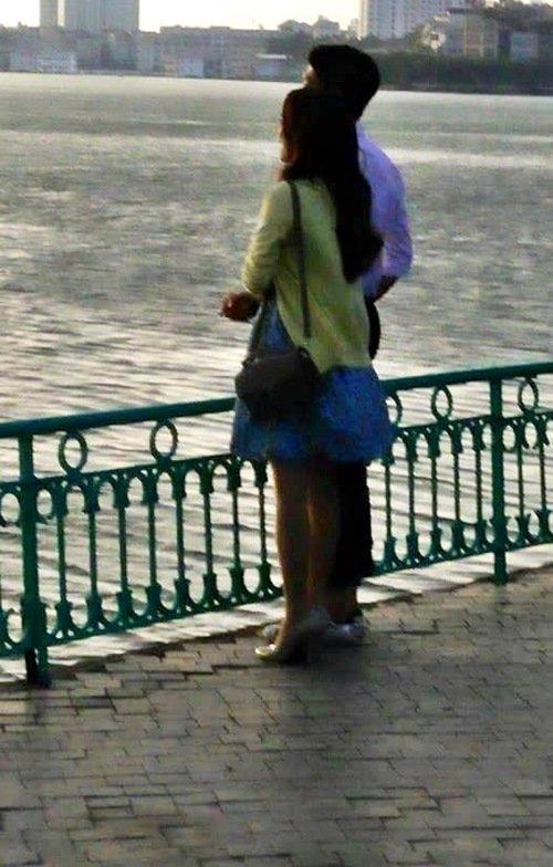 Cặp đôi hẹn hò trong không khí mát mẻ chiều Thủ đô.