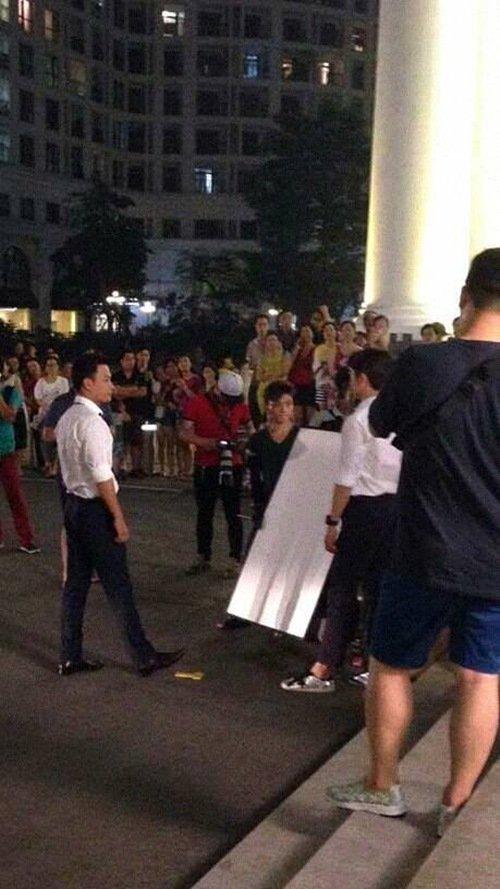 Kang Tae Oh khiến nhiều fan nữ say đắm khi diện áo sơ mi trắng khoe vóc dáng chuẩn. Ngoài cảnh quay với Nhã Phương, anh còn có nhiều cảnh đối thoại với Hồng Đăng vào buổi tối cùng ngày.