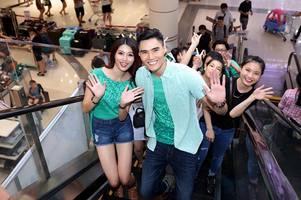 Các bạn trẻ có mặt tại trung tâm thương mại từ rất sớm nhằm gặp gỡ thần tượng. Quỳnh Châu chia sẻ niềm vui và hạnh phúc khi được gặp gỡ rất nhiều khán giả phía Bắc.