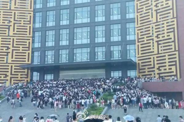 Gần đây, nhiệt độ ở thành phố Trịnh Châu (tỉnh Hà Nam, Trung Quốc) ngày càng   tăng cao, các sinh viên không chịu được cảnh ký túc xá không có điều hòa nên đều   dậy sớm để đến thư viện, ngồi hưởng điều hòa mát.