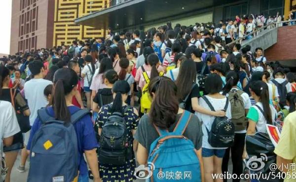 Hàng nghìn sinh viên Học viện quản lý công nghiệp hàng không Trịnh Châu chen   nhau đông nghẹt trước cửa thư viện.