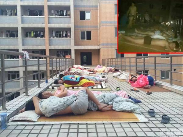 Các nam sinh vô tư cởi trần mặc quần đùi, thậm chí chỉ mặc quần sịp ngủ ngoài   trời bất chấp các nữ sinh ở ngay tòa lầu gần đó.