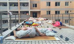 Sinh viên TQ lên nóc nhà ngủ, chen nhau vào thư viện tránh nóng
