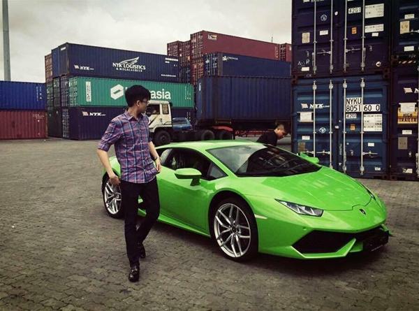Phan Thành từng tặng em trai chiếc Lamborghini Huracan xanh cốm giá 16 tỷ đồng nhân ngày sinh nhật cách đây không lâu. Đây được xem là chiếc xe thứ 2 nhập khẩu về Việt Nam và là chiếc màu xanh cốm duy nhất tại Việt Nam tại thời điểm đó. Món quà sinh nhật này có giá lên tới 16 tỷ đồng.