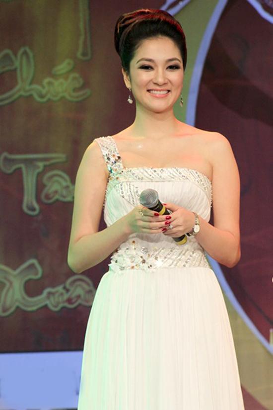 Khi đăng quang Hoa hậu Việt Nam năm 2004, Nguyễn Thị Huyền đang học năm nhất tại Học viện Báo chí và Tuyên truyền. Sau đó, cô bảo lưu kết quả và quyết định lên đường du họcngành báo chí tại ĐH Middlesex, London.