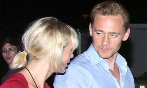 Taylor Swift, Tom Hiddleston tay nắm chặt, mắt nhìn tình tứ