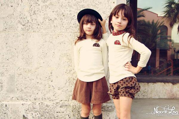 Naomi và Lisa chào đời ngày 9/11/2005, từ khi còn nhỏ 2 cô bé đã đắt show chụp   hình cho nhiều tạp chí và làm mẫu quảng cáo.